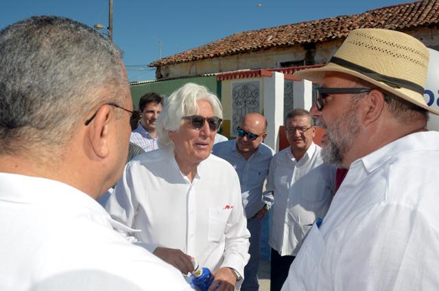 Manuel Marrero (D), ministro de turismo de Cuba, junto al presidente ejecutivo del Grupo Iberostar, Miguel Fluxà (C), durante la presentación de la ciudad Gibara como destino turístico, como parte de la Feria Internacional de Turismo FITCUBA-2017, en la oriental provincia Holguín, Cuba, el 2 de mayo de 2017. ACN FOTO/Juan Pablo CARRERAS/ogm